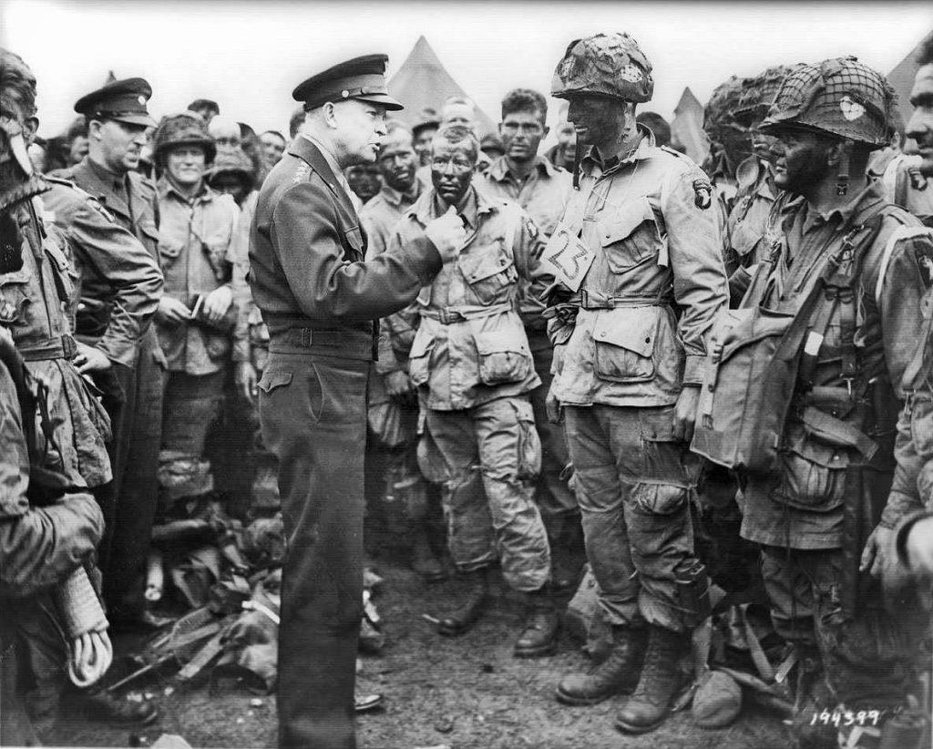 Général Dwight D. Eisenhower s'adressant aux parachutistes de la 101st Airborne Division à la veille de l'invasion du jour J