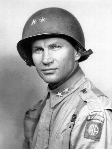 major général et commandant en chef de la 82nd James M. Gavin