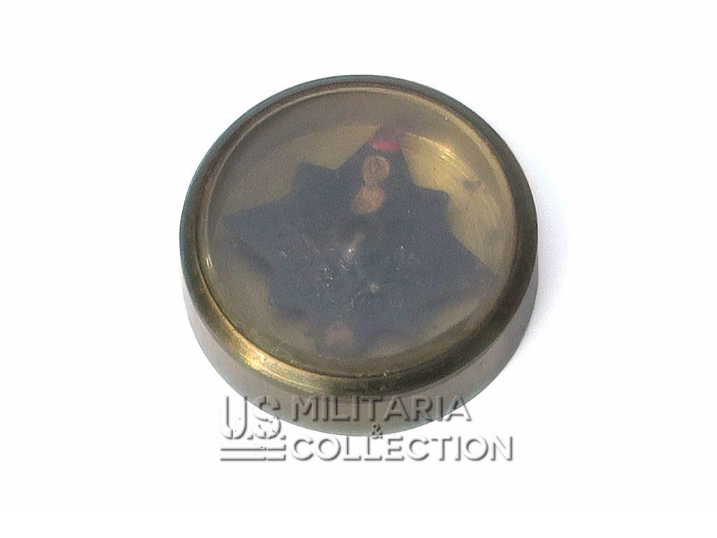 Boussole d'évasion contenue dans les pochettes d'évasion