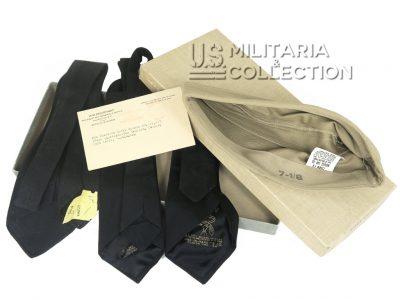Ensemble nominatif. Bonnet de police, cravates